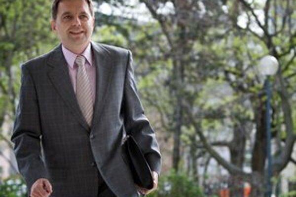 Minister financií Peter Kažimír chce získať peniaze vyššou daňou z príjmu.