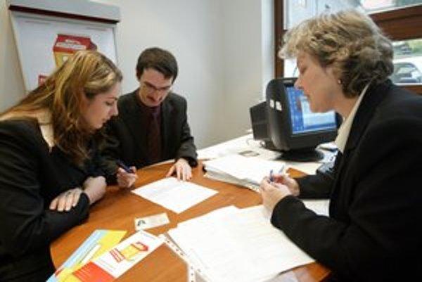 Poplatok za vedenie  účtu k hypotéke zákon nezakázal.