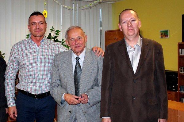 Aladár Šaláta. S riaditeľom svidníckej knižnice K. Beňkom (vľavo) a editorom knihy R. Pavlovičom (vpravo).