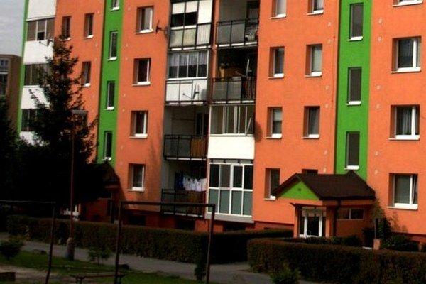 Bardejovské sídlisko Družba. Dominujú sýte oranžové a zelené odtiene.