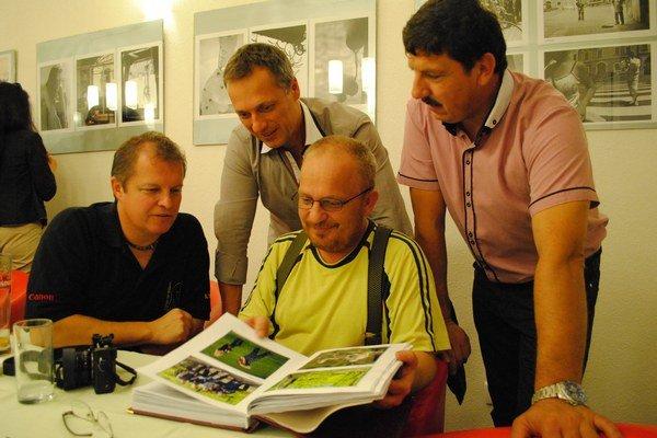 Od spolupráce s Bardejovčanmi si Karpatské obzory veľa sľubujú. Kroniku si prezerajú (zľava) Peter Filakovský, Jaroslav Gutek, Miroslav Porochnavý a Peter Harvan.
