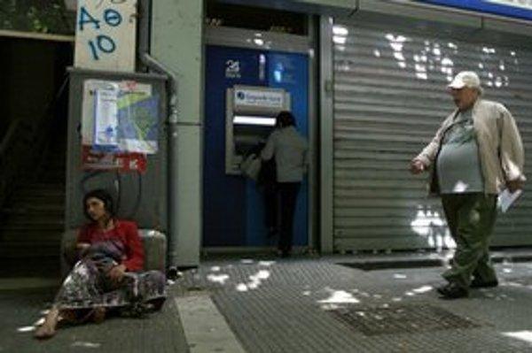 Gréci sa obávajú, že prídu o svoje úspory. Peniaze vyberajú z bankomatov aj pobočiek alebo ich  elektronicky prevádzajú do zahraničia.