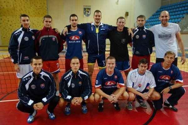 Širšia nominácia. Slovenskí nohejbalisti počas tréningu v humenskej športovej hale.