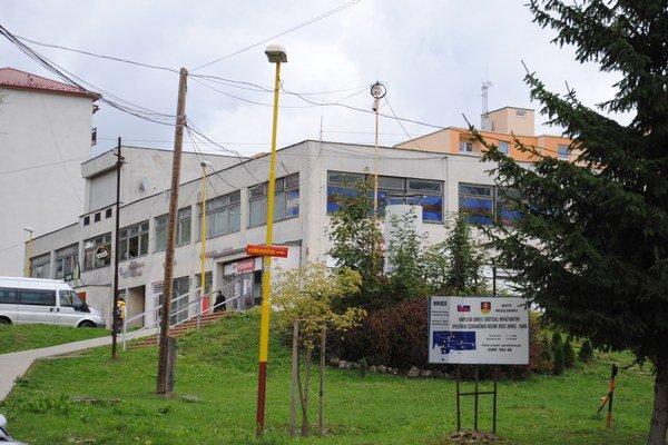 Dom služieb na sídlisku Vrch. Mesto v ňom prenajíma desať priestorov.