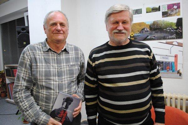 Dušan Mikolaj (vpravo) aHumenčan Michal Kirschner. Spisovateľ predstavil knihu oKapolkovi. Poznal ho aj M. Kirschner. Na prestavbe Téryho chaty pracoval tri letá.