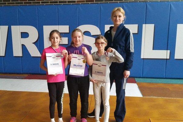 Mladé zápasníčky. Zľava Andrea Žeňuchová, Amália Surinčáková, Sára Zarembová atrénerka Mária Zarembová.