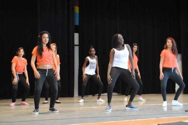 Spoločné vystúpenie. K dievčatám zosady sa pridali Sudánky.