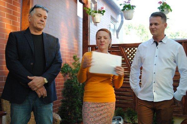 Na vernisáži. Jozef Feigl (zľava), Veronika Bažaliková aMichal Čekan.
