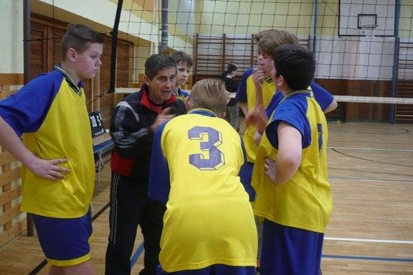 Školskému volejbalu sa vHumennom darí. Okresné kolo vyhrali žiaci zDargovskej.