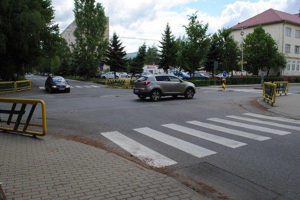 Križovatka ulíc Študentská aPartizánska. Pre kruháč je tu málo miesta.