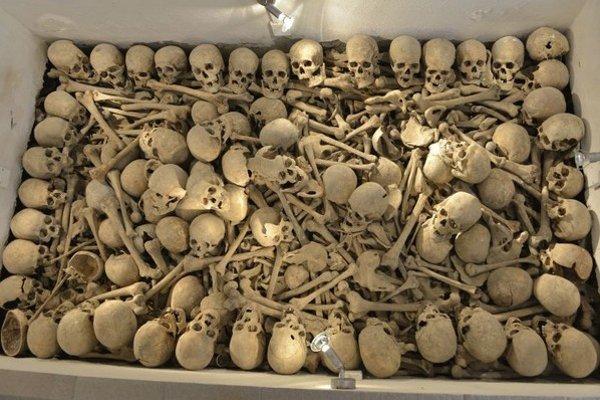 Kosti 1025 vojakov Ruskej a Rakúsko-uhorskej armády padlých v okolí obce Osadné v I. svetovej vojne sú uložené v jame o rozmeroch 4 x 1,5 m s hĺbkou 7 – 11 m.