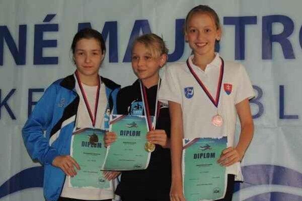 Bronz - Melničáková. Medailistka Lenka (vpravo) za 100 metrov prsia.