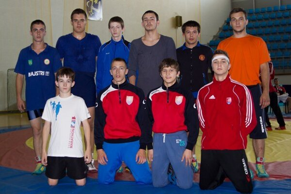 Na tréningu. Slovenskí kadetskí voľnoštýliari na tréningu, ktorý viedol Mykola Bolotnyuk (v hornom rade druhý sprava).