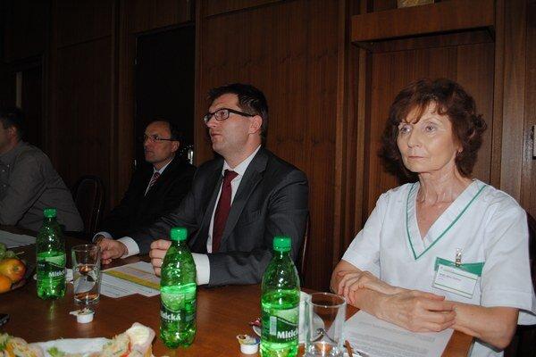 Na tlačovej besede. Riaditeľ nemocnice Marián Béreš a námestníčka Mária Vasiľová informovali o zmenách.