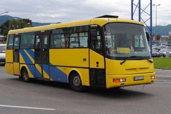 Mestská doprava. Od začiatku augusta cestujú humenskí žiaci a seniori mestskou autobusovou dopravou zadarmo.