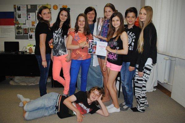 Eva Jacevičová so žiakmi, členmi detského divadelného súboru Alfa.