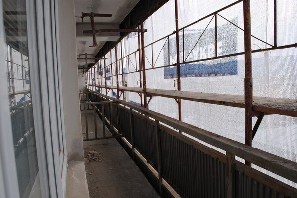 Lešenie. Na balkóny žiaci nesmú.