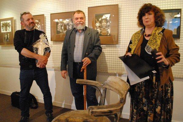 Jozef Lauruský. Od kurátorky výstavy Márie Miškovej dostal do daru vyrezávanú palicu. Aby mu pripomínala, že aj po šesťdesiatke je život zaujímavý a motivujúci.