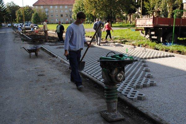 Nové parkovacie miesta. Na Ševčenkovej ulici ich na dvoch plochách pribudne 30.