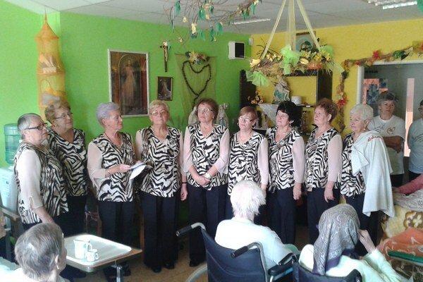 Jesienky. Spievali v ošetrovateľskom centre.
