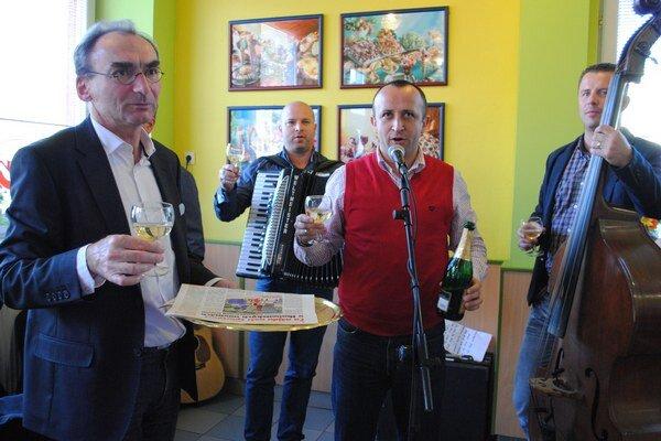 Takto uviedli do života Humenské noviny šéfredaktor Petr Šabata a Ondrej Kandráč.
