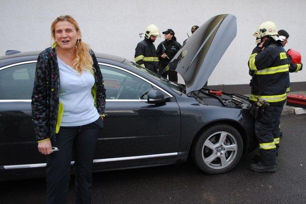 Služobné auto s humenskou primátorkou Janou Vaľovou začalo horieť na čerpacej stanici v Michalovciach v stredu na obed. Na mieste zasahovali michalovskí hasič.