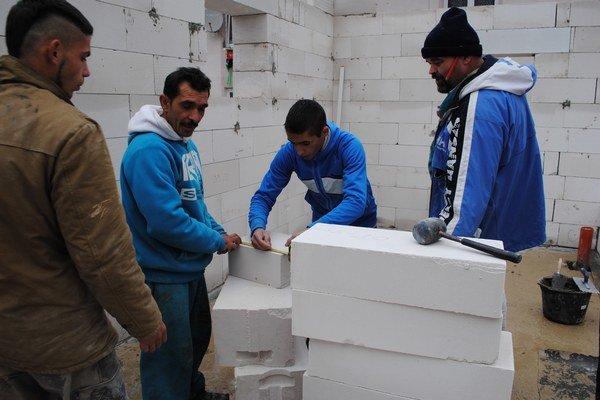 Svojpomocne na stavbe pracovalo 9 Rómov.
