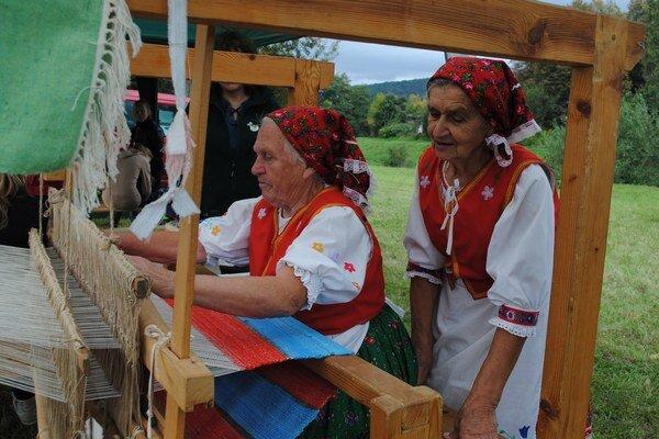 Tkáčky Pavlína Krivjančínová (vľavo) a Anna Hančariková.