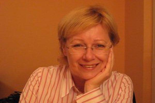 Darina Huttová (52) je absolventkou Právnickej fakulty Univerzity Komenského v Bratislave. Od roku 1990 sa venuje finančnému právu. V rokoch 1993 až 2003 riadila činnosť RM-Systému Slovakia, a. s. Vedie odbornú konzultačnú, vzdelávaciu a mediačnú spol