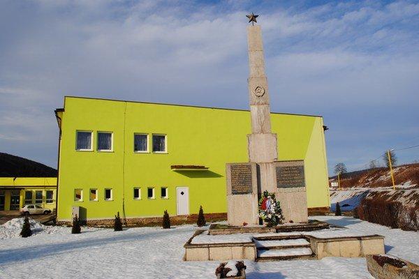 Obecný úrad a kultúrny dom. V pláne je dokončiť fasádu.