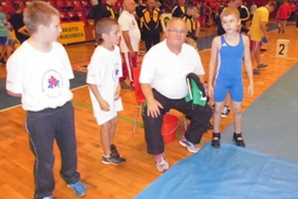 Zľava: Peter Drdul, Juraj Majchút, tréner Libor Mokrý starší a v modrom drese Martin Šumichrast.