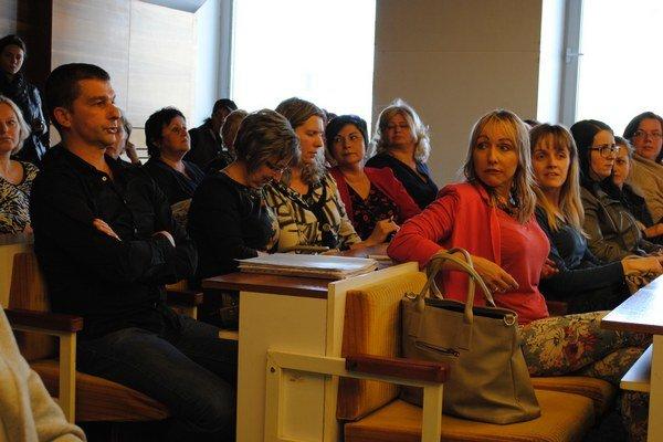 Zamestnanci a rodičia školy prišli na rokovanie s cieľom podporiť jej zachovanie.