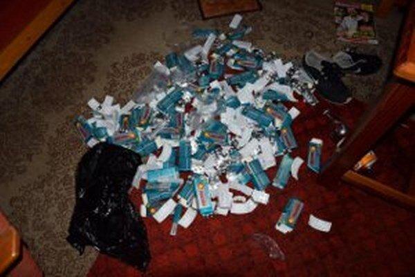 Policajti našli aj množstvo liekov, z ktorých muži vyrábali drogu.