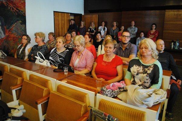 Verejnosť si rozhodovanie o osude školy prišla vypočuť priamo na piatkové rokovanie poslancov.