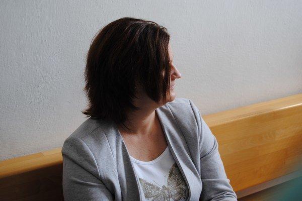 Dana K. pred pojednávacou miestnosťou. Vyjadriť sa odmietla.