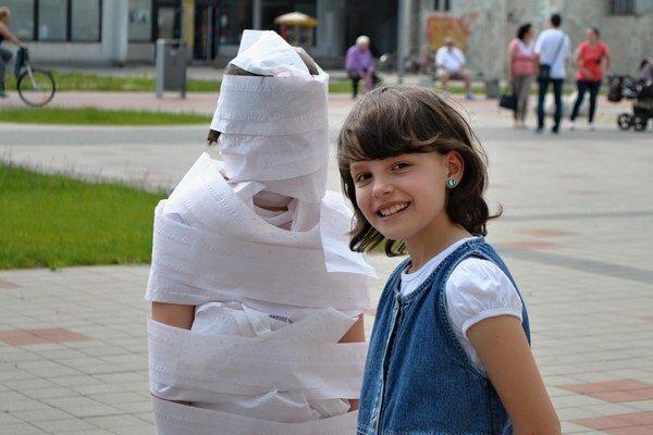 Ninka a Janka. Víťazky súťaže o najkrajšiu múmiu.