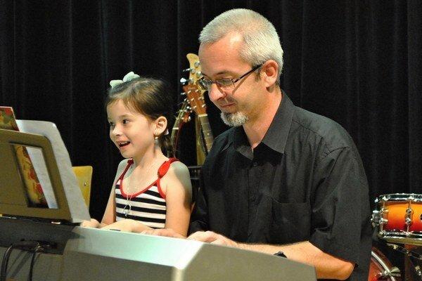 Rodina Klimikovcov. Obetavý otec sa naučil hrať na keyborde.