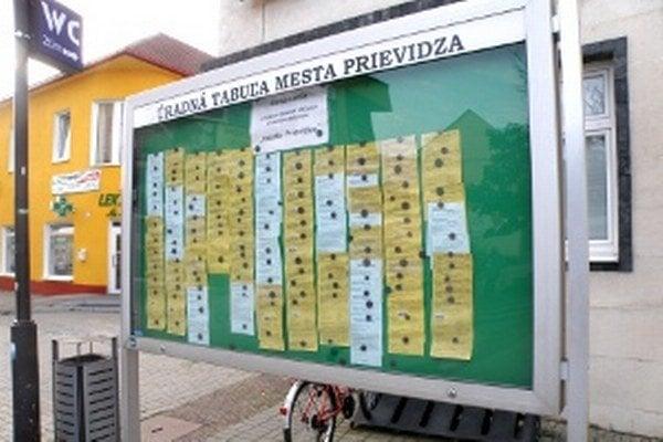 """Na úradnej tabuli pred Mestským úradom v Prievidzi sú oznámenia o zásielkach pre ľudí s trvalým pobytom """"mesto Prievidza""""."""