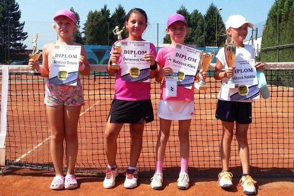 Najlepšie v súťaži dievčat do 8 rokov. Druhá sprava K. Bučková a tretia K. Ďurianová.