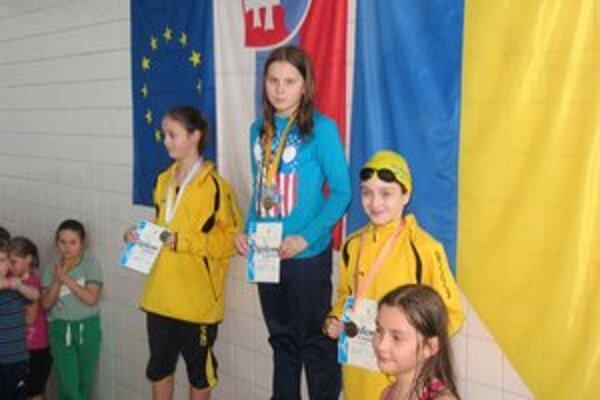 Na stupni. Vľavo E. Zvalčáková, vpravo K. Gajdošová.