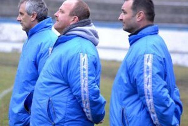 Zatiaľ spokojnosť. Realizačný tím ŠK Futura Humenné. Zľava Jozef Valkučák (tréner), Martin Friga (manažér) a Martin Tongeľ (asistent).
