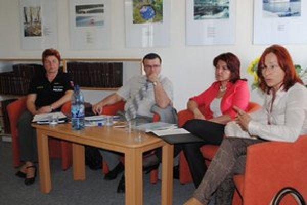 O násilí. Prednášali policajti Anna Čopáková, Peter Leder, Zuzana Harvanová a psychologička Agáta Sakalová.