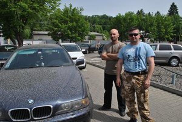 Peter Chmeľ (vpravo) a Ľuboslav Butala našli svoje autá takto zaprášené.