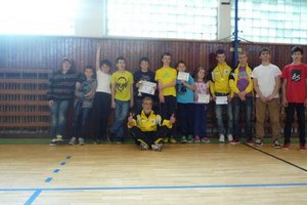 Majú radi šerm. Klub šermu Snina má veľmi dobré meno. Na zemi sedí tréner Dalibor Kazík.