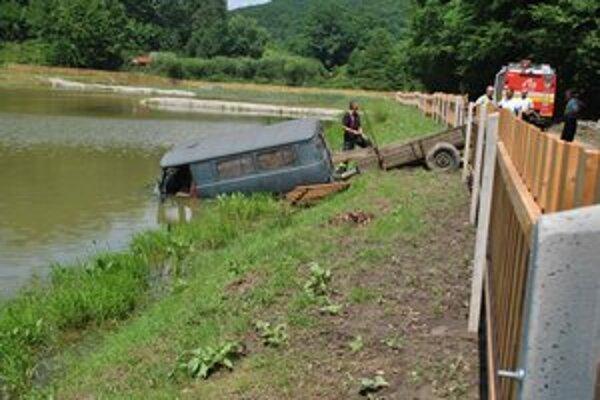 Auto v rybníku. Vodič z neho vyšiel len mokrý.
