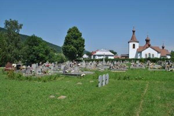 Obecný cintorín v Čabinách. Miestny hrobár tvrdí, že jeho kamarát sa otrávil obsahom z nájdenej fľaše. On z nej pil tiež, no žije, kamaráta Jána zabil metanol.