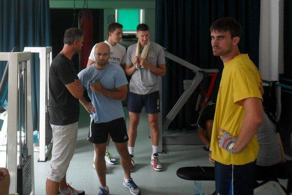 """Prvá """"posilka"""". Zľava Richard Vlkolinský a Dávid Šalata, vzadu univerzáli Mlynarčík a Sarnecki, vpravo smečiar Lízala."""