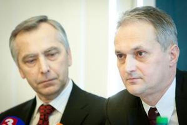 Kolektívnu zmluvu ŽSR na tento rok včera podpísal minister dopravy Ján Figeľ  (vľavo) a generálny riaditeľ ŽSR Vladimír Ľupták.