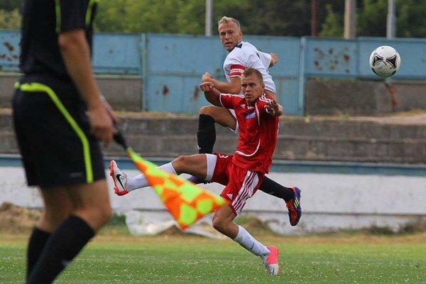 Kapitáni zišli z trávnika predčasne. Humenský Pavol Šuľák (biely dres) v 24. minúte po vylúčení, popradský Lukáš Kubus v 33. minúte kvôli zraneniu.