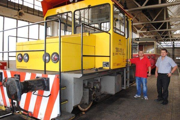 Ján Lukáč (vľavo) a Dominik Drevický. Na tomto elektrickom rušni sa budú v depe voziť deti.